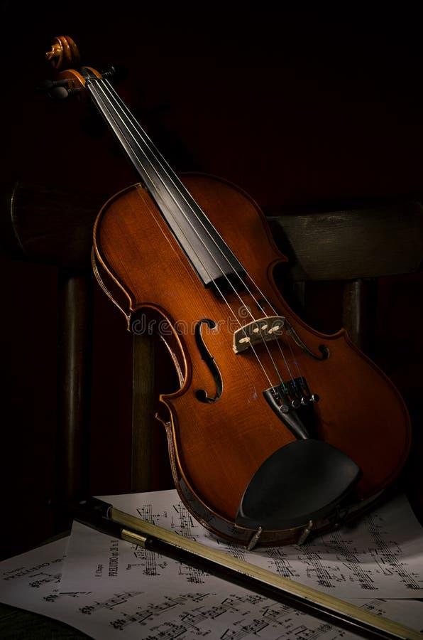 Instrumento de música do violino da orquestra na cadeira imagens de stock