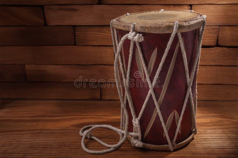 Instrumento do cilindro da percussão do Conga em placas de madeira fotografia de stock