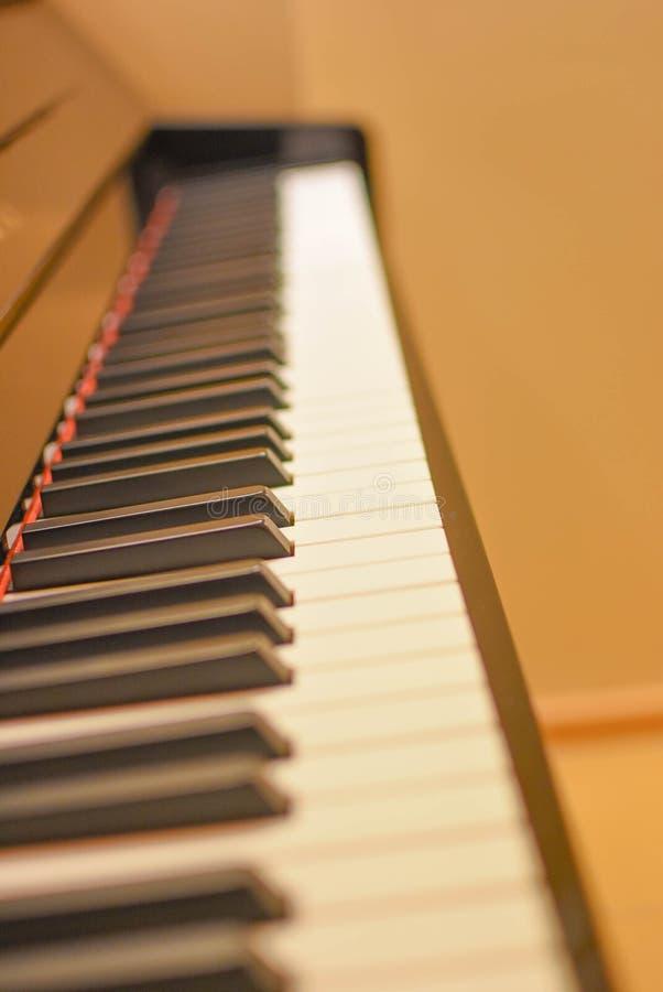Instrumento do piano na sala de aula imagens de stock royalty free