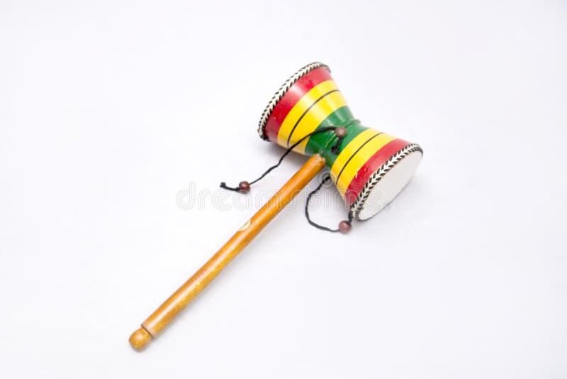Instrumento musical étnico Instrumento de percussão do cilindro com um punho Damaru imagens de stock