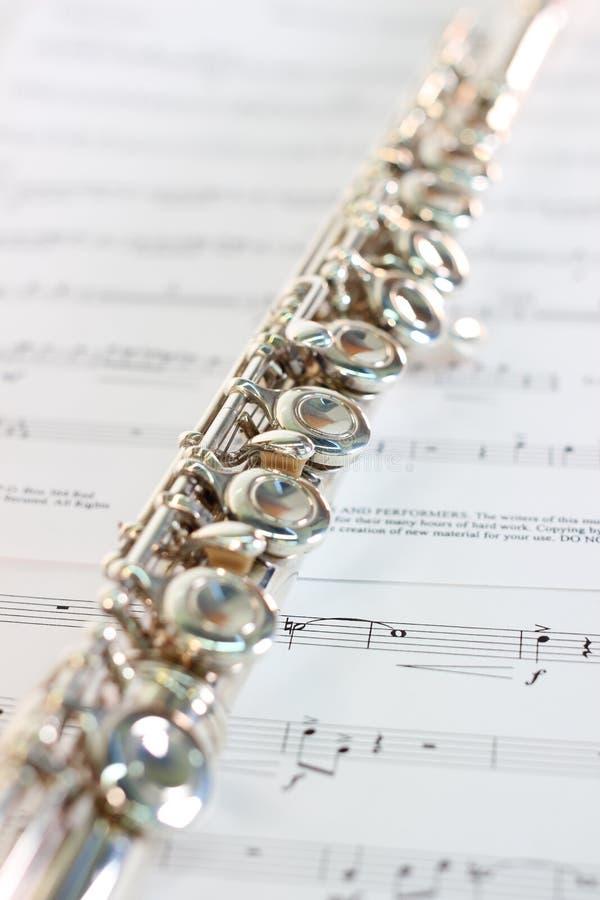 Instrumento musical clássico da flauta com folha de música fotografia de stock