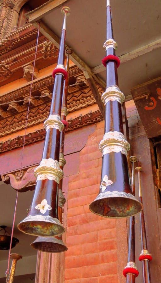 Instrumento musical del cuerno tibetano vendido en una tienda de la música en Bhaktapur, Nepal imagen de archivo libre de regalías
