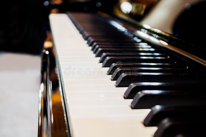 Instrumento musical do fundo do teclado de piano imagem de stock royalty free