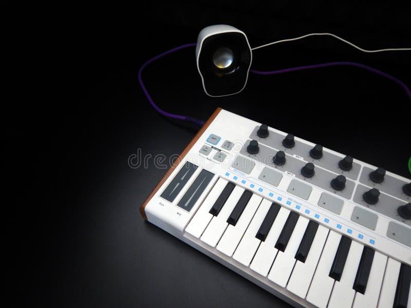 Instrumento musical electrónico o equalizador audio del mezclador o del sonido en un sintetizador modular análogo del fondo negro fotos de archivo