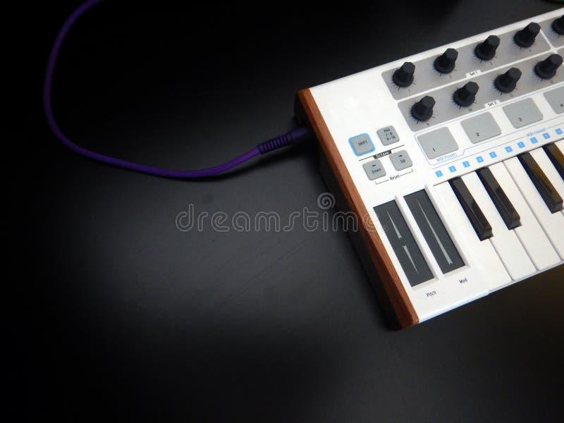 Instrumento musical electrónico o equalizador audio del mezclador o del sonido en un sintetizador modular análogo del fondo negro imagenes de archivo
