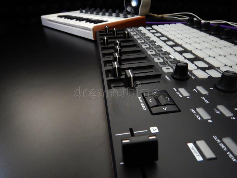 Instrumento musical electrónico o equalizador audio del mezclador o del sonido en un sintetizador modular análogo del fondo negro fotografía de archivo libre de regalías