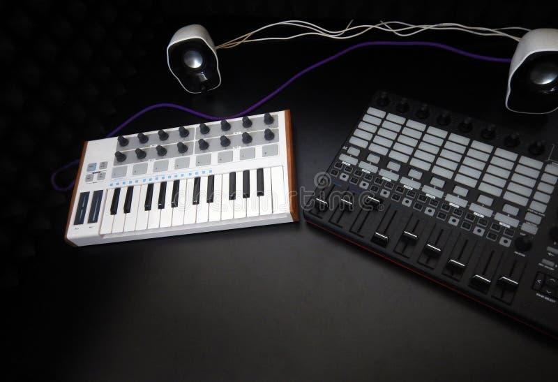 Instrumento musical electrónico o equalizador audio del mezclador o del sonido en un sintetizador modular análogo del fondo negro imágenes de archivo libres de regalías