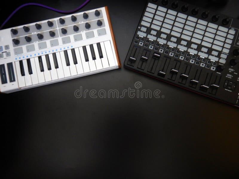 Instrumento musical electrónico o equalizador audio del mezclador o del sonido en un sintetizador modular análogo del fondo negro fotografía de archivo