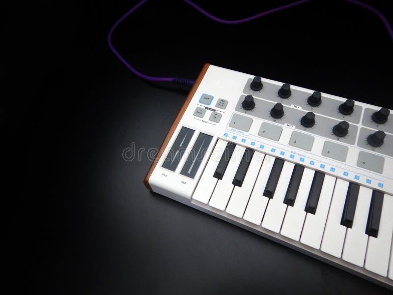 Instrumento musical electrónico o equalizador audio del mezclador o del sonido en un sintetizador modular análogo del fondo negro fotos de archivo libres de regalías