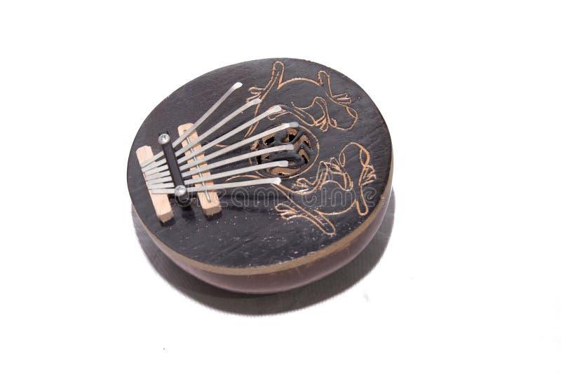 Instrumento musical Kalimba Close-up Isolado no fundo branco Tsantsa, Sanza, Mbira, Mbila, Ndimba, Lukembu, Lala, Malimba, fotografia de stock