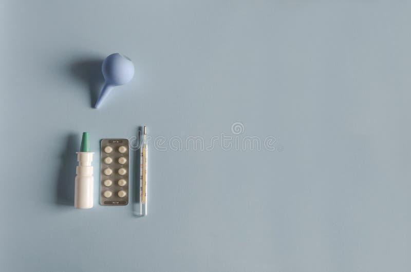 Instrumento para lavar o nariz, termômetro de mercúrio, pulverizador nasal, tabuletas para o tratamento da doença fotografia de stock royalty free