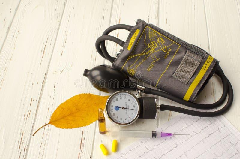 Instrumento para medir a pressão, cardiograma, seringa, ampou fotos de stock