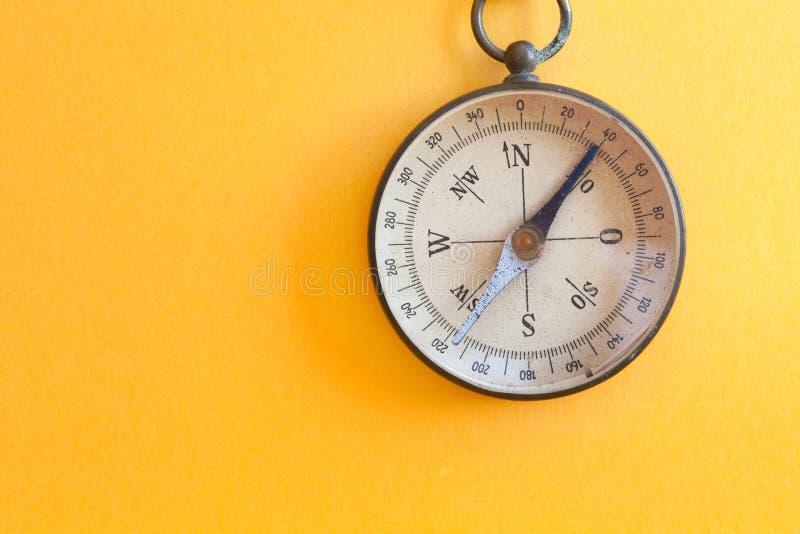 Instrumento retro do curso do estilo do compasso do vintage usado para o norte cardinal geográfico dos sentidos da orientação da  foto de stock royalty free