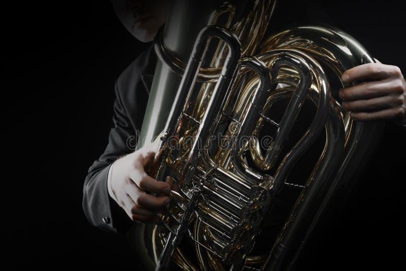Instrumentos de cobre del jugador de la tuba foto de archivo