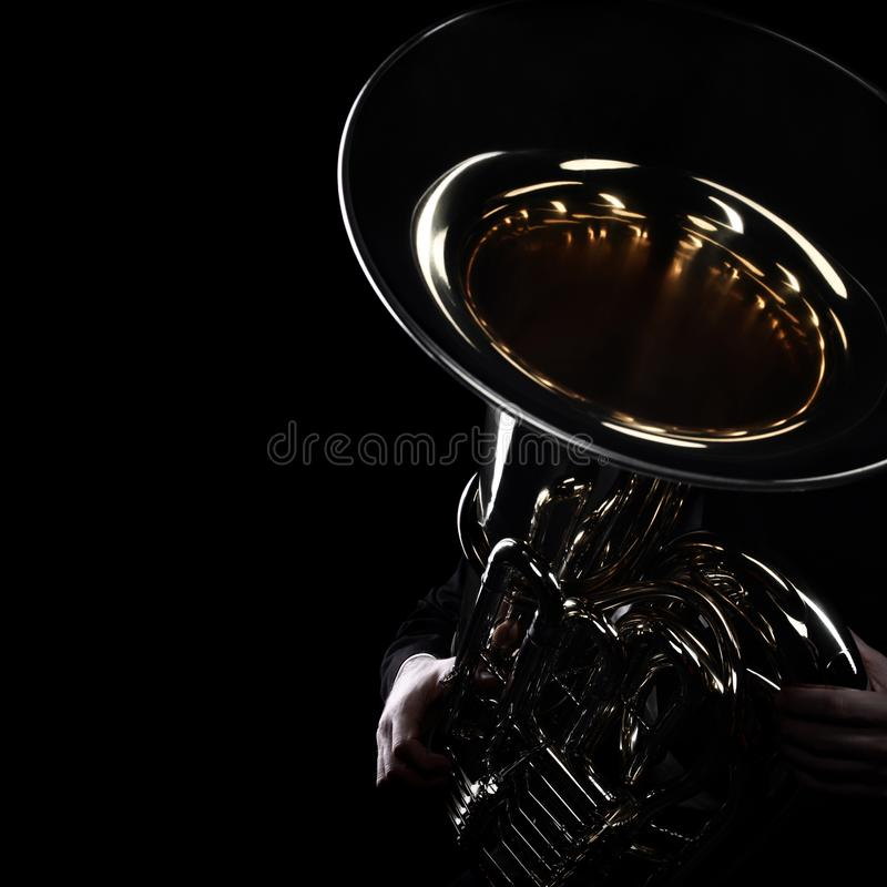 Instrumentos de cobre del jugador de la tuba imagen de archivo