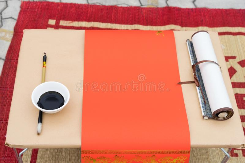 Instrumentos de la caligrafía con el papel rojo, tinta negra, cepillo La caligrafía es cultura oriental en Año Nuevo lunar foto de archivo libre de regalías