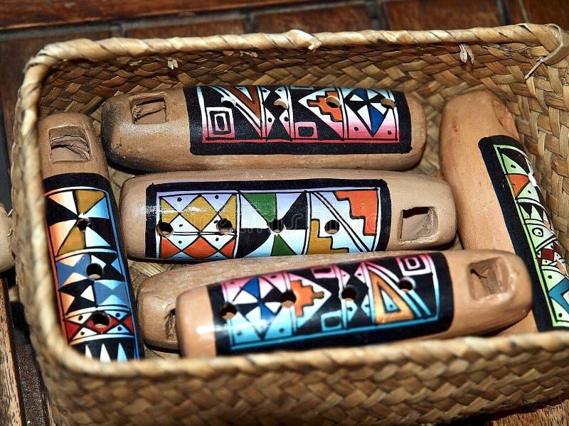 Instrumentos de m?sica coloridos fuera de la madera en Portugal foto de archivo