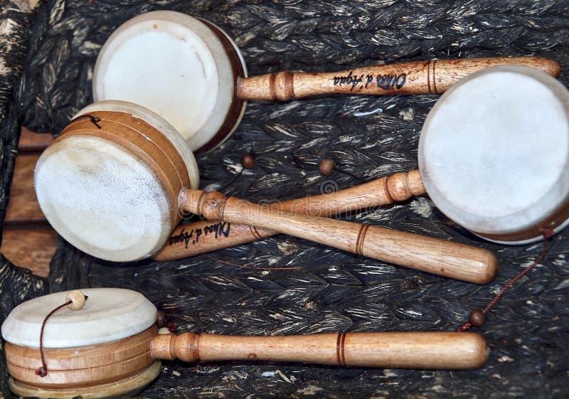 Instrumentos de m?sica coloridos fuera de la madera en Portugal imagen de archivo libre de regalías