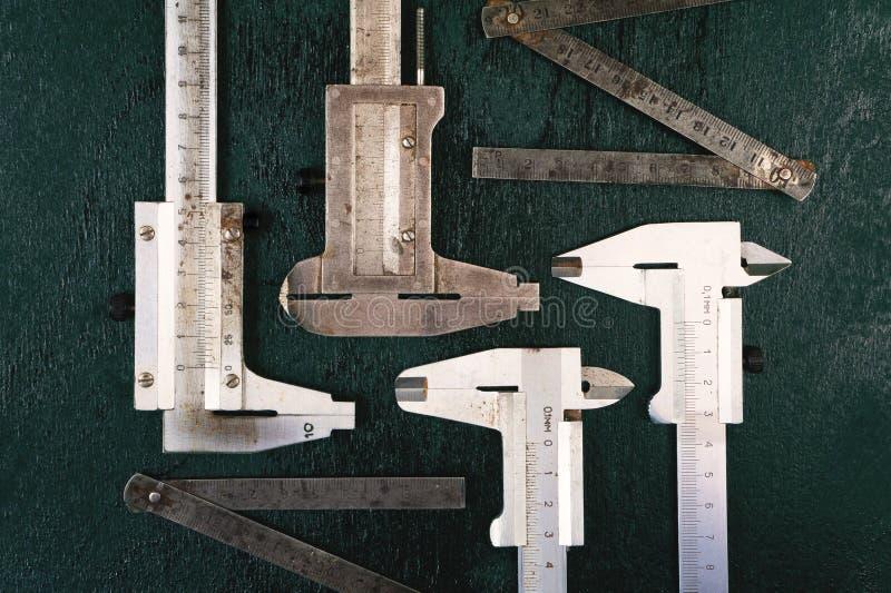 Instrumentos de medida Regla del calibrador y del hierro fotos de archivo