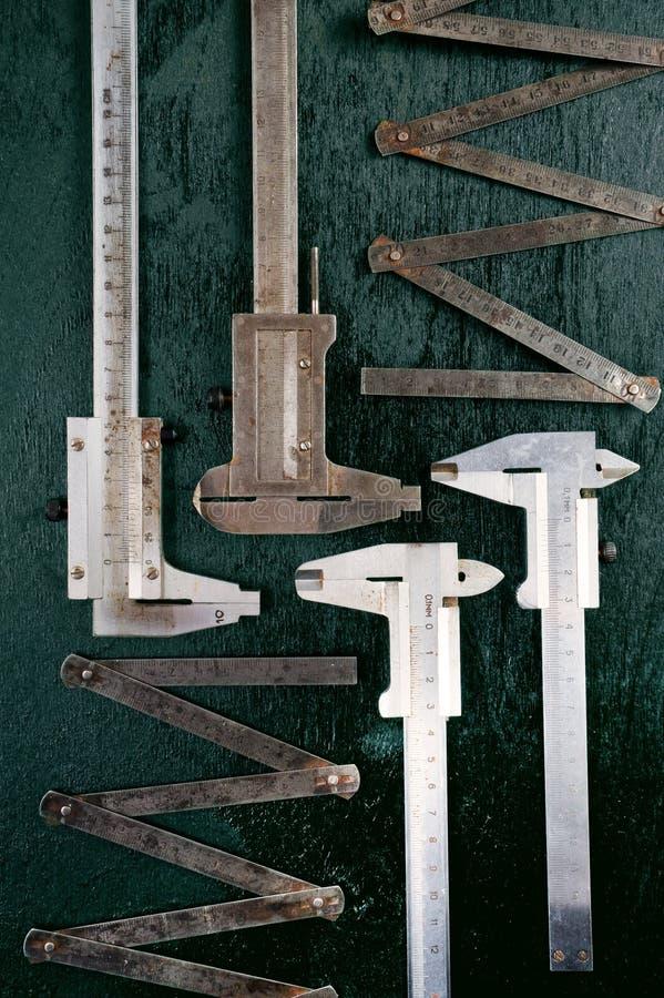 Instrumentos de medida Regla del calibrador y del hierro imagenes de archivo