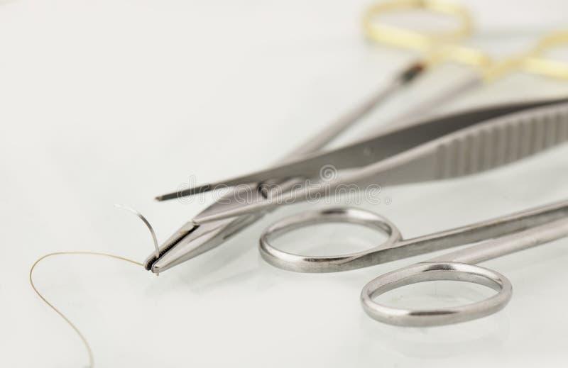Instrumentos de sutura quirúrgicos fotografía de archivo libre de regalías