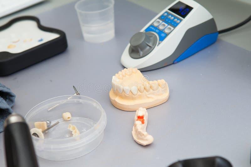 Instrumentos dentales en odontología imágenes de archivo libres de regalías