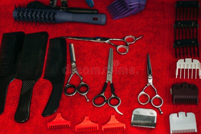 Instrumentos do trabalho do barbeiro na tabela fotografia de stock royalty free