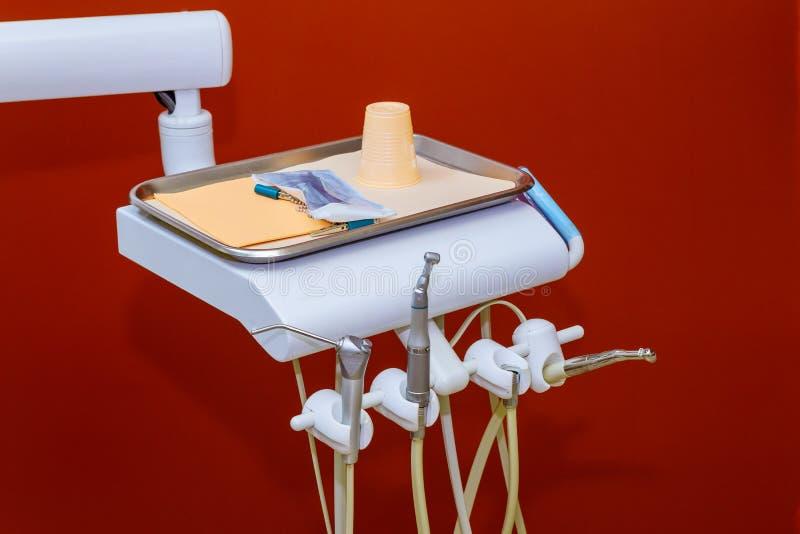 Instrumentos e equipamento dentais no escritório dos dentistas imagens de stock