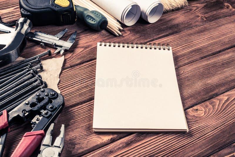Instrumentos en la tabla de madera imagen de archivo libre de regalías