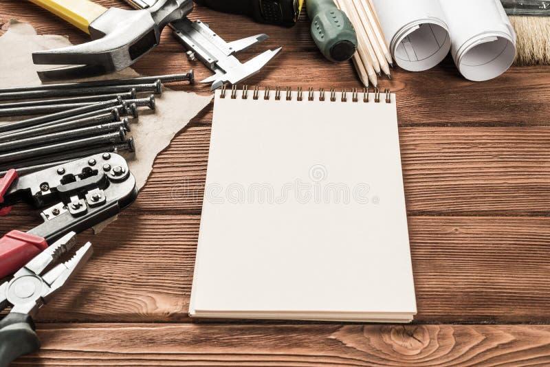 Instrumentos en la tabla de madera imagenes de archivo