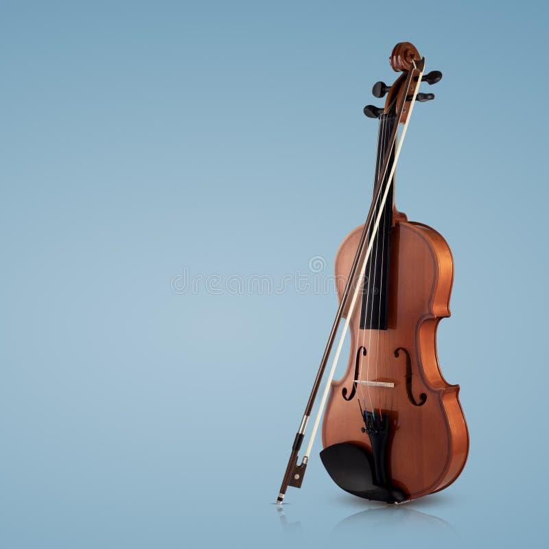 Instrumentos musicais do violino do close up da orquestra no azul foto de stock royalty free