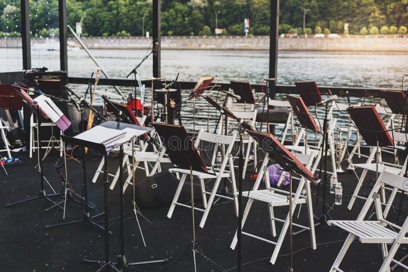 Instrumentos musicais no banco de rio na noite morna do verão imagem de stock royalty free