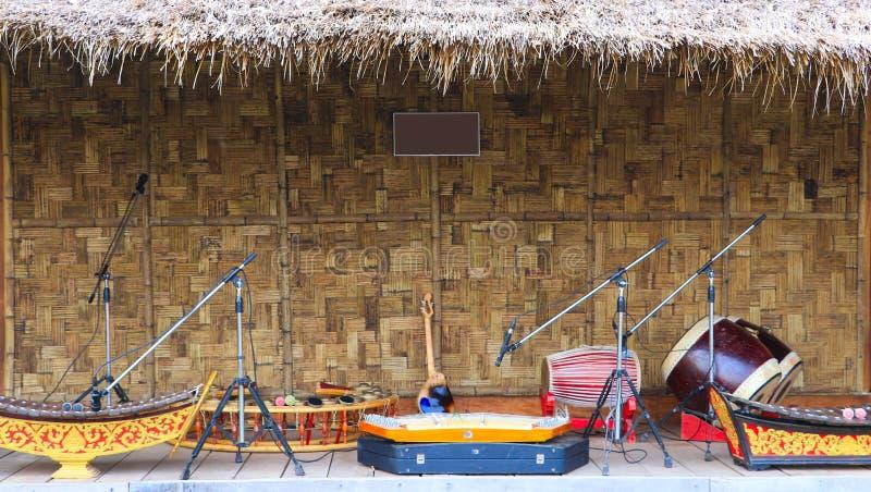 Instrumentos musicais tradicionais a ser indicados na frente da cabana de bambu fotos de stock