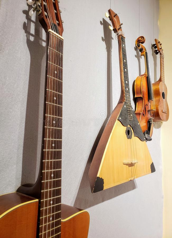 Instrumentos musicales que cuelgan en una pared imagen de archivo