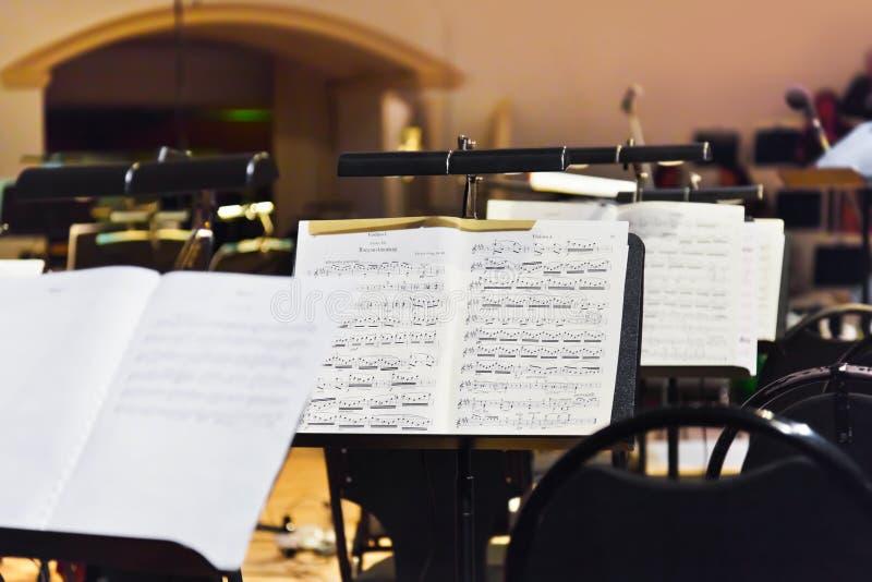 Instrumentos musicales y partitura fotos de archivo