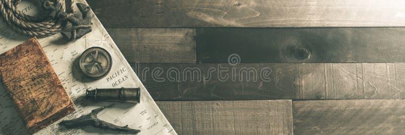 Instrumentos náuticos del viaje del vintage con la cuerda y el ancla en el fondo de madera de la cubierta de la nave - concepto  fotografía de archivo libre de regalías
