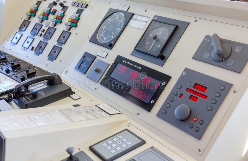 Instrumentos na ponte de um navio moderno imagens de stock