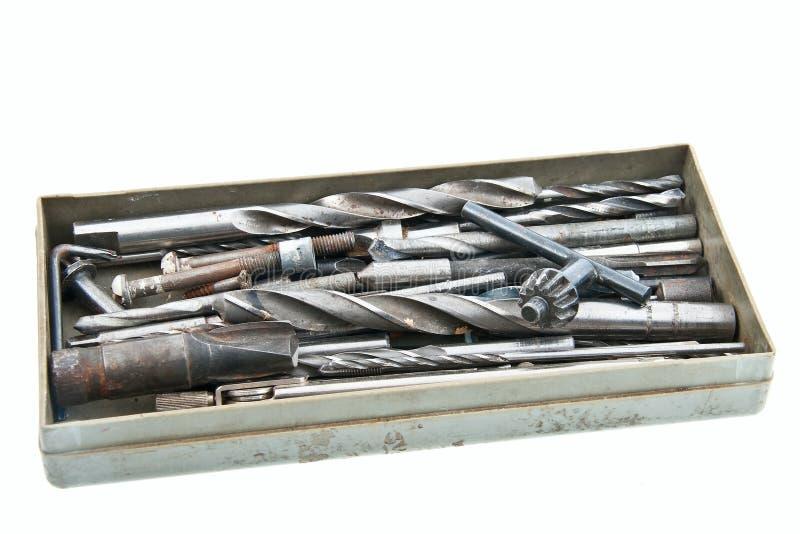 Instrumentos numerosos do grunge na caixa cinzenta foto de stock