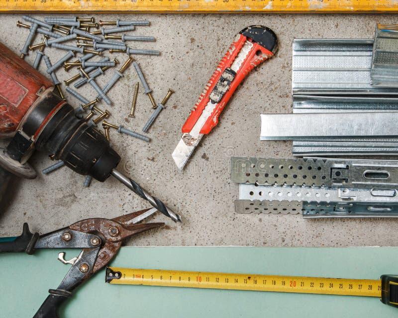 Instrumentos para a construção que uma placa de gesso mura foto de stock