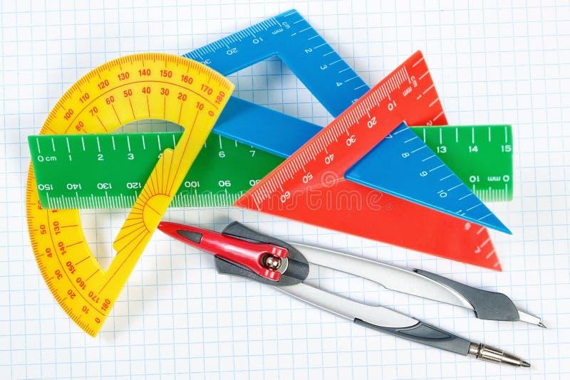 Instrumentos para dibujar en escuela. Regla y compás. fotos de archivo