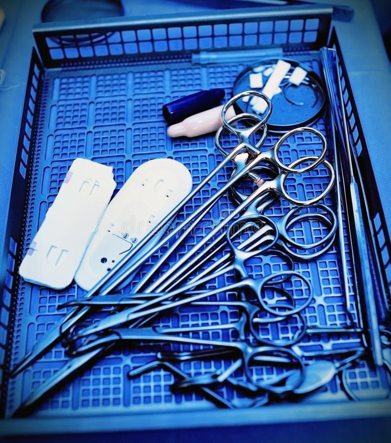 Instrumentos quirúrgicos. Concepto médico fotos de archivo