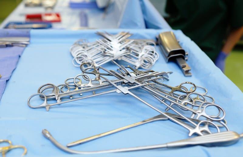 Instrumentos quirúrgicos en la sala de operaciones foto de archivo libre de regalías