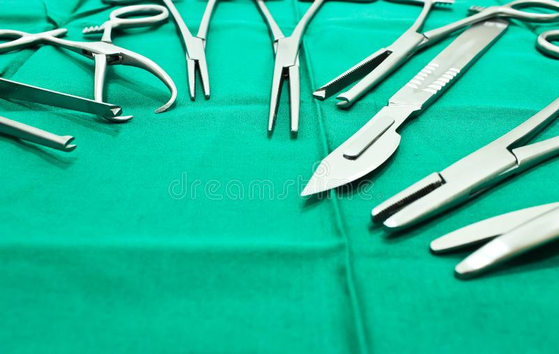 Instrumentos quirúrgicos en sala de operaciones foto de archivo libre de regalías