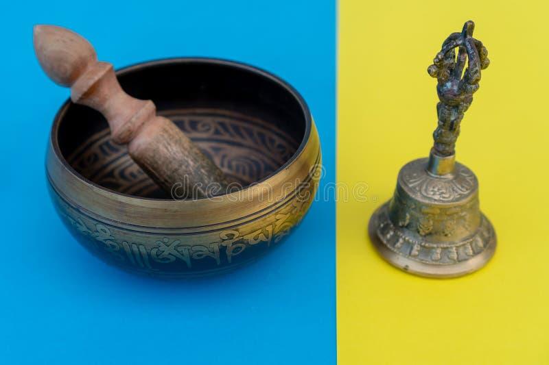 Instrumentos tibetanos para a meditação da música Close-up da bacia do canto, reconfortante e meditativo Bacia do canto com gravu imagem de stock