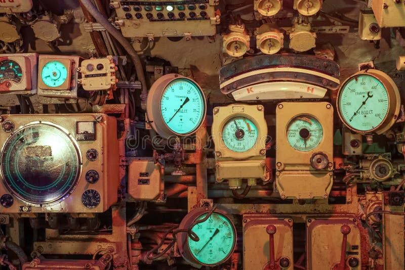 Instrumentos y diales dentro de un submarino viejo en Zeebrugge, Bélgica imagenes de archivo