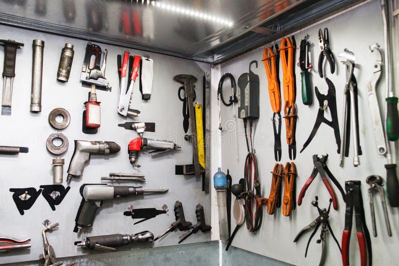 Instruments assortis pour l'entretien de voiture sur le mur image libre de droits