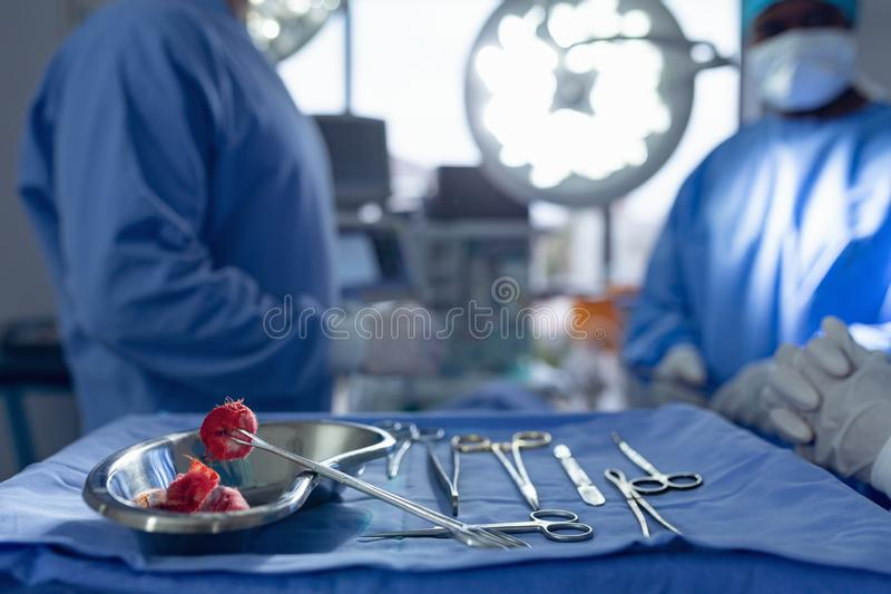 Instruments chirurgicaux sur une salle en fonction de plateau à l'hôpital image libre de droits