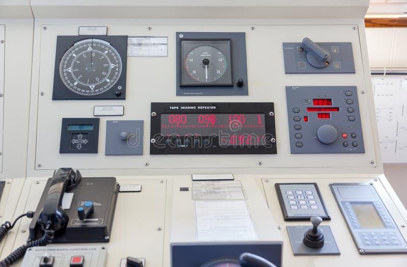Instruments dans la passerelle d'un bateau moderne image libre de droits