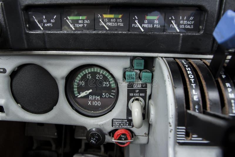 Instruments de moteur d'avion et poignée de train d'atterrissage photos libres de droits