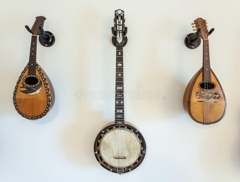 Instruments de musique ficelés sur le mur photos libres de droits